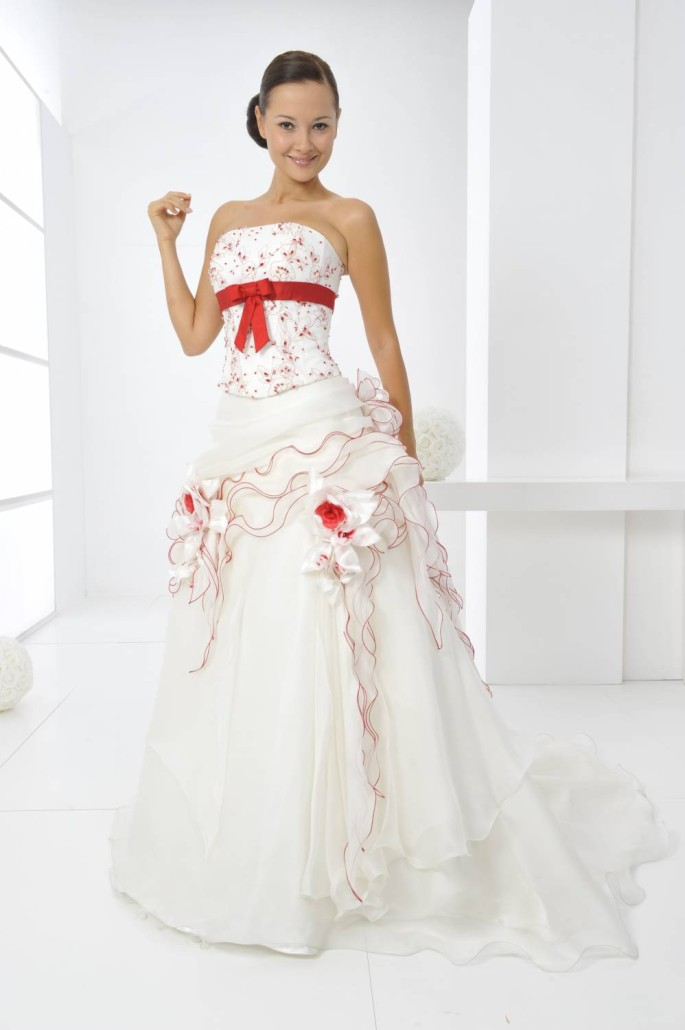 Abiti da sposa con decori rossi